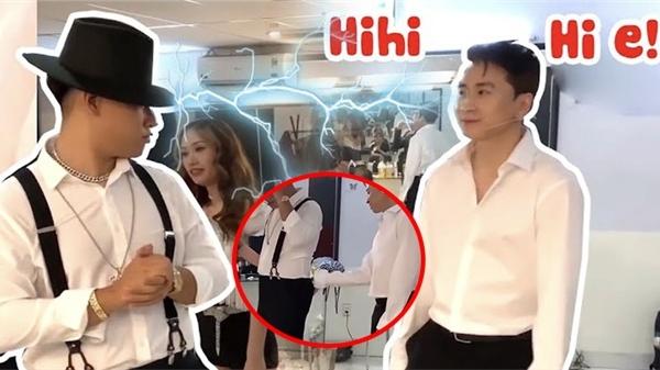 Rap Việt tung clip hậu trường, GDucky bỗng nhiên nhìn Karik bằng 'ánh mắt hình viên đạn'