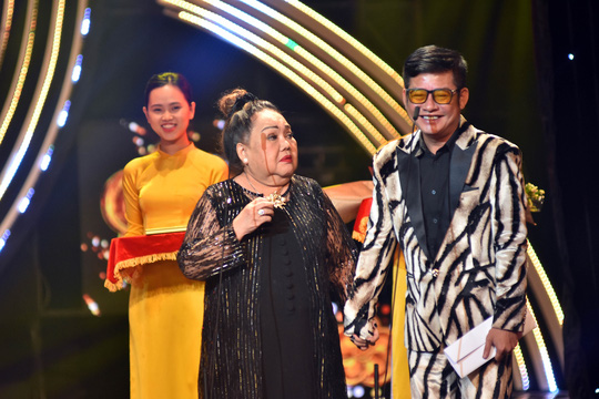 NSND Ngọc Giàu đã thay Huỳnh Lập nhận giải thưởng.