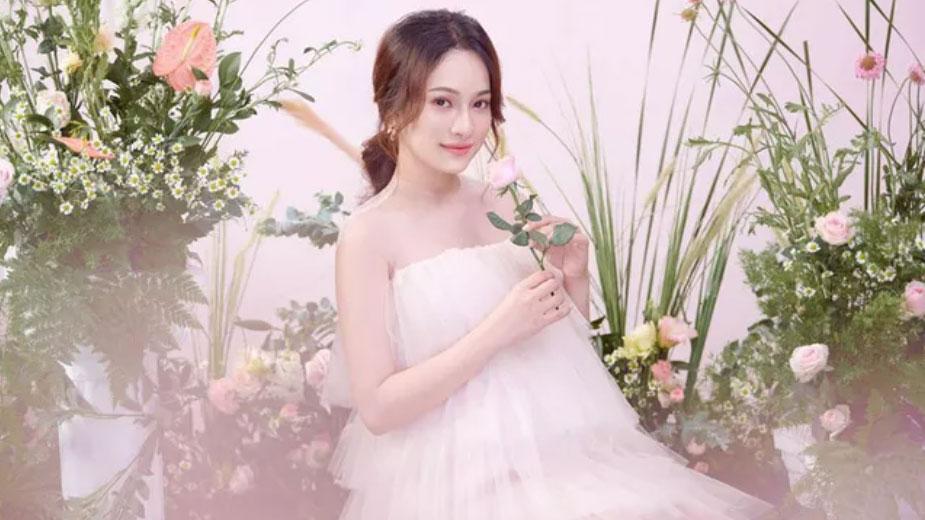 Dù ở tháng nào của thai kỳ, bà xã trẻ đẹp kém 13 tuổi của nhạc sĩ Dương Khắc Linh cũng có thần thái và gu thời trang đốt mắt người hâm mộ