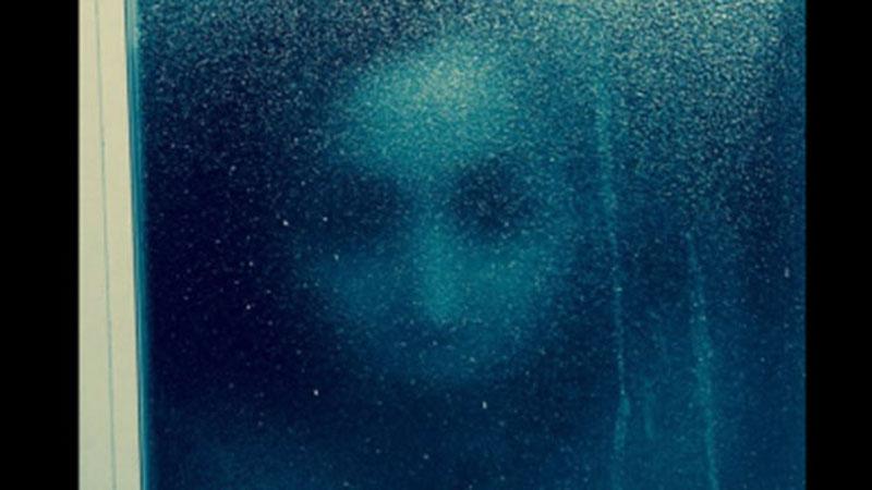 Nhìn thấy gương mặt kinh dị xuất hiện trên cửa kính lúc đang tắm, cô gái 'câm nín' cho đến khi biết được danh tính kẻ đằng sau