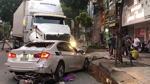 TP.HCM: Xe container 'phá' dải phân cách, đâm nát ô tô BMW cùng hai xe máy