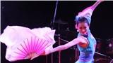 Xôn xao clip học sinh cấp 2 được cô giáo yêu cầu 'múa quạt' trên nền nhạc quán bar phản cảm, thậm chí nhảy 'mạnh' được cộng điểm