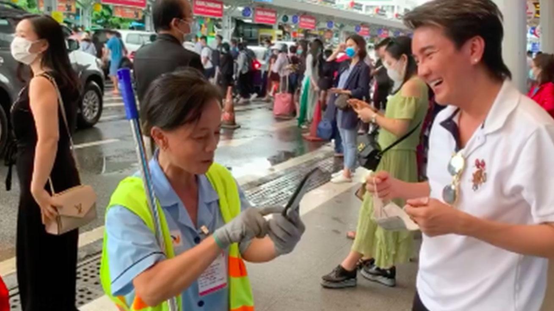 Cách ứng xử của Đàm Vĩnh Hưng với cô lao công lớn tuổi ở sân bay gây chú ý
