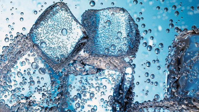 Thanh niên uống nước đá bất cẩn bị dính luôn lưỡi vào đá, tai nạn siêu 'thốn' này không ít người cũng đã gặp qua