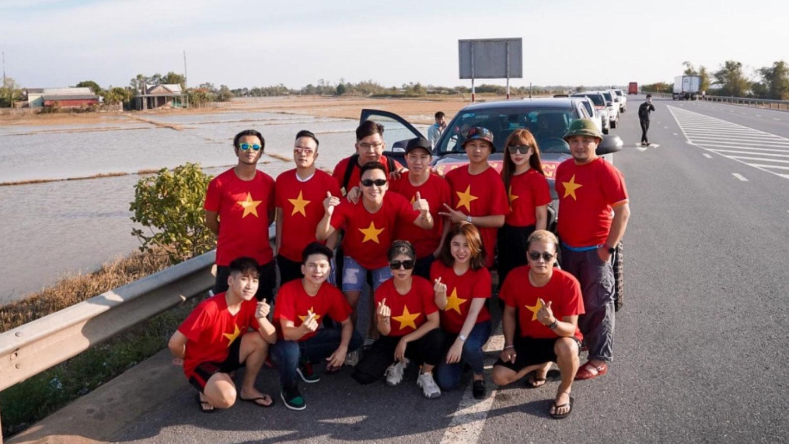 Anh Đức cùng dàn nghệ sĩ mặc áo cờ đỏ sao vàng đi miền Trung tiếp tế cho người dân