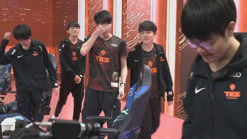 Lại một tuyển thủ TES khác rơi lệ sau khi thua Suning của SofM, xuống tinh thần đến mức phải nhờ đồng đội dìu đứng dậy