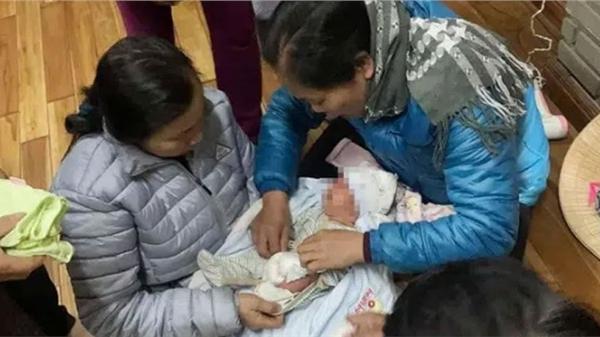"""Xót xa bé trai sơ sinh bị bỏ rơi gần cổng chùa giữa thời tiết lạnh giá cùng lời nhắn """"Con là một người mẹ tội lỗi"""""""