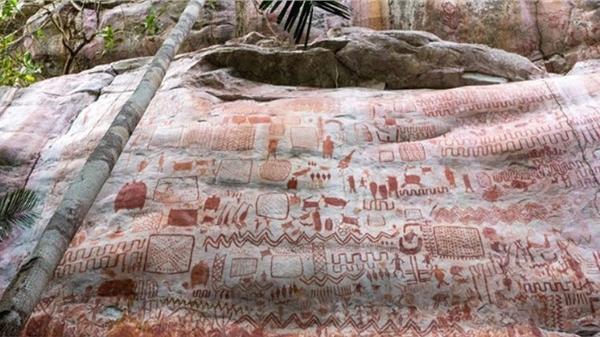 Bức tranh cổ tiết lộ về cuộc sống con người và những sinh vật khổng lồ