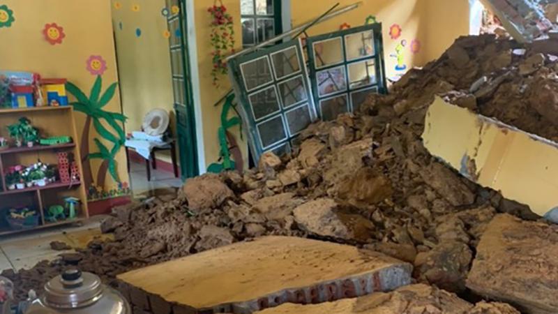 Một lớp học của trường mầm non ở Lào Cai bị vùi lấp trong đêm do sạt lở