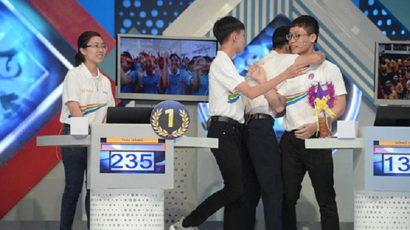 Sự thật về bức ảnh ba nam sinh Olympia động viên nhau để Quán quân Olympia 2020 đứng một mình