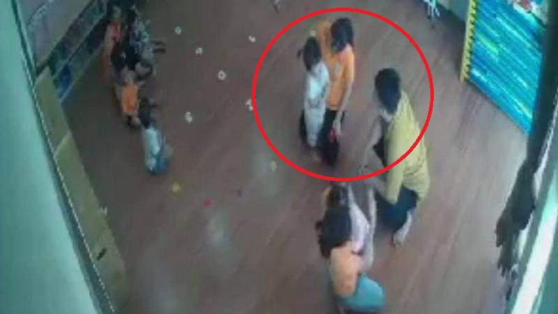 Đình chỉ 2 giáo viên giữ trẻ trong vụ phụ huynh xông vào đánh bé 2 tuổi ở Lào Cai