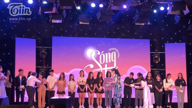 Hoa hậu Nguyễn Thị Huyền kết hợp với Học viện Báo chí và Tuyên truyền trao học bổng cho sinh viên chịu ảnh hưởng bởi lũ lụt miền Trung