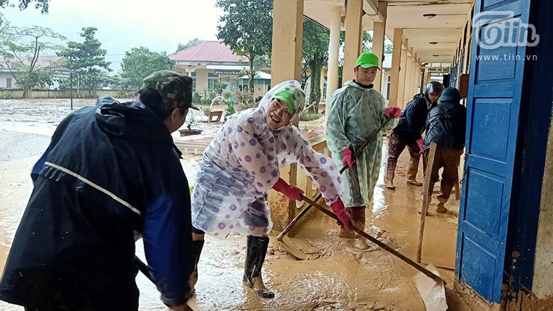 Trường học ở Quảng Trị: Đã 2 tuần sau sạt lở ngập trong bùn đất vẫn bị cô lập chưa thể khắc phục xong