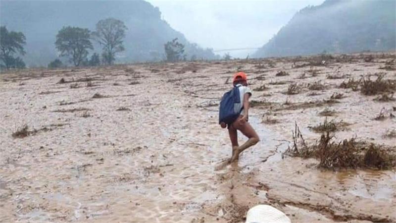 Xót xa hình ảnh học sinh vùng cao ở Quảng Bình phải lội bùn quá đầu gối mới có thể đến trường