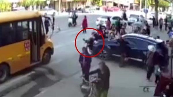 Đạp nhầm chân ga, giáo viên Trung Quốc đâm học sinh tử vong