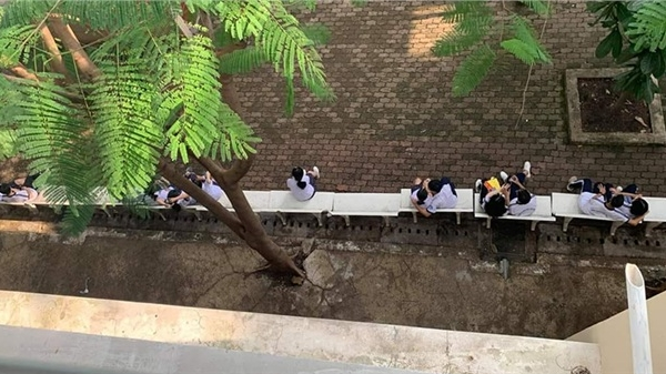 'Bỏng mắt' với hình ảnh học sinh cấp 3 giờ ra chơi, một dãy ghế đá 6 đôi ngồi… 'tâm sự'