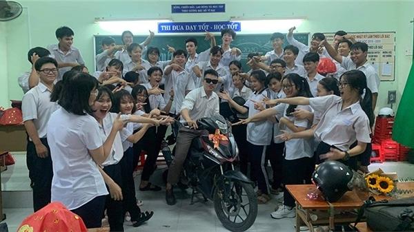 Thầy giáo than nghèo, cả lớp chơi lớn mua hẳn xe máy mang tặng nhưng sự thật thì… đúng là 'nhất quỷ nhì ma'