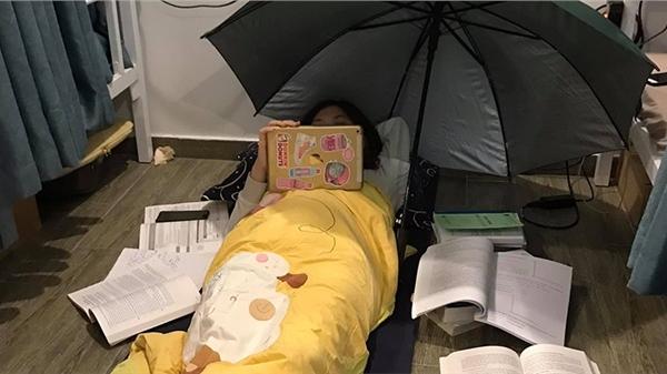 Chết cười với màn ôn thi bá đạo của học sinh: Sắp thi rồi nhưng vẫn phải 'chill' như đi nghỉ dưỡng