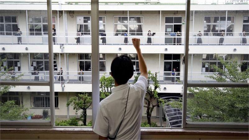 Bàn học bị ngăn cách, những bữa trưa im lặng - cuộc sống học đường ở Nhật Bản trong đại dịch