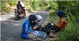 Muôn kiểu học online: Học sinh trèo cây, đi bộ hàng dặm để bắt tín hiệu