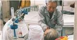 Xúc động cụ ông 85 tuổi một mình chăm sóc vợ tiểu đường nặng: 'Có chết ông cũng phải nuôi bà đến phút cuối cùng'