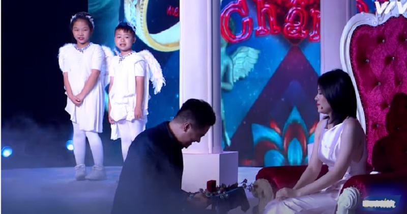Chàng trai giải Vàng siêu mẫu Việt 'ế' 12 năm quỳ gối trước hotgirl boxing vẫn bị từ chối lời cầu hôn