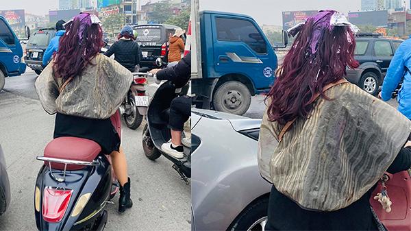 Đang nhuộm tóc tím cho hợp trend thì có việc gấp, cô gái phóng xe ra đường quên luôn việc đội mũ bảo hiểm