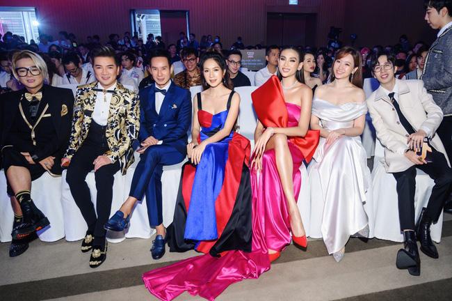 Siêu mẫu Võ Hoàng Yến cùng những nghệ sĩ và khách mời đình đám khác tại sự kiện.