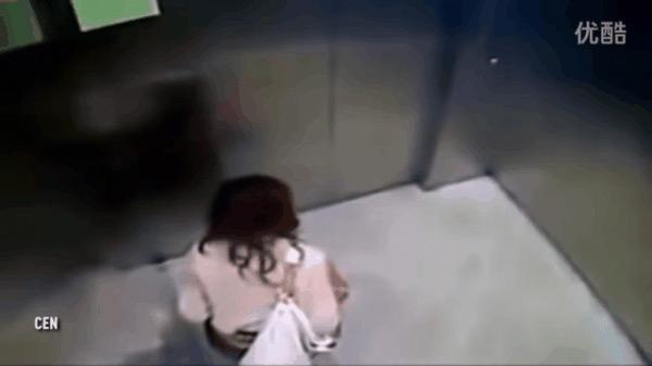 Người phụ nữ vô tư tiểu tiện trong thang máy.