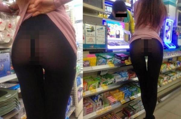 Một cô gái cũng tự vén áo khoe nội y bên trong một cửa hàng tạp hóa ở Trung Quốc.