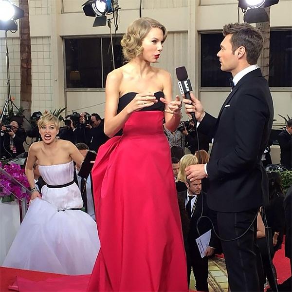 Ngoài Emma Stone, một 'nạn nhân' khác của Jennifer Lawrence là <a href='http://tiin.vn/chuyen-muc/sao/tin-sao/Taylorswift.html'>Taylor Swift</a>. Nữ diễn viên The Hunger Game vô tình lọt vào ống kính khi Taylor được phỏng vấn trên thảm đỏ Quả cầu vàng năm 2014. Tận dụng cơ hội này, JLaw đã làm điệu bộ hài hước để chọc Taylor Swift.