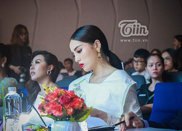 Góc nghiêng này của Kỳ Duyên khiến nhiều người nghĩ đến... <a href='http://tiin.vn/chuyen-muc/sao/tin-sao/Huonggiang.html'>Hương Giang</a> Idol.