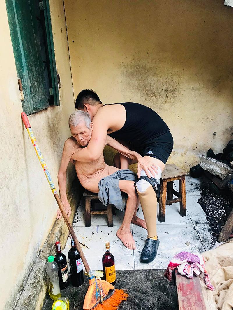 Lưu giúp ông cụ tắm rửa, dọc dẹp nhà cửa và mua thức ăn để dành.