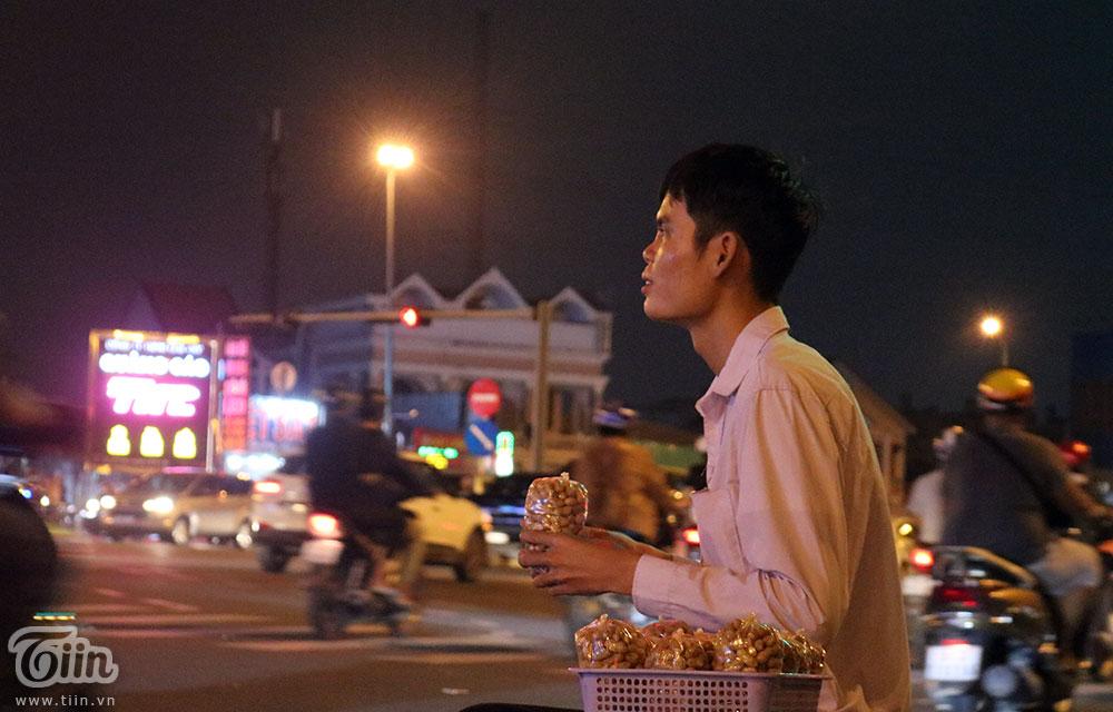 Người qua lại hay để ý đến chàng trai ngồi ở bên đường