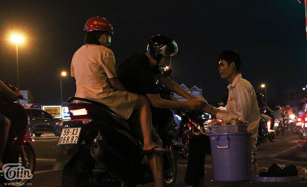 Chàng trai khiếm thị kiên nhẫn bán đậu phộng ven đường phố Sài Gòn, dù khó khăn vẫn tự mình kiếm sống 6