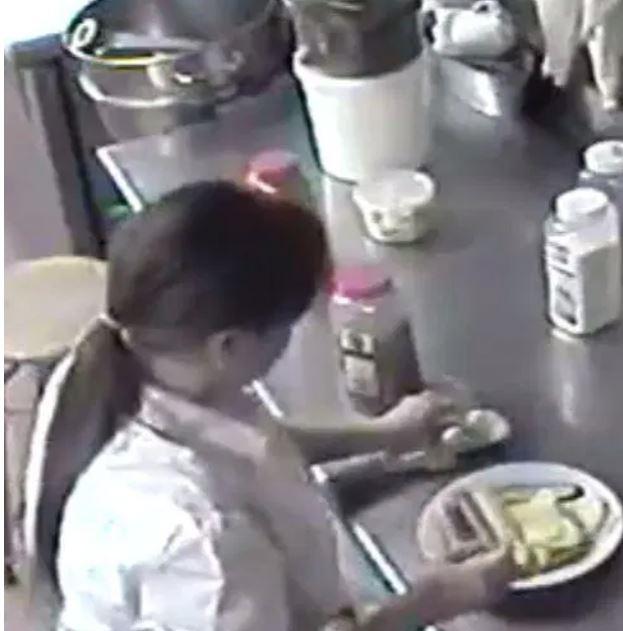 Hành động này của cô gái đã được camera an ninh quay lại.