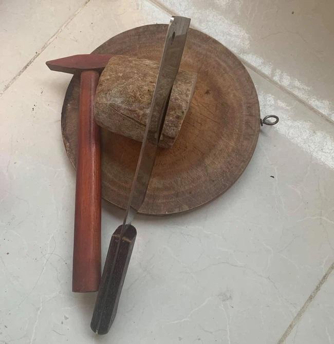 Cực khổ cảnh giải tán đồ ăn sau Tết, miếng giò bò 'hóa thạch' chẳng khác gì khúc củi, cắt thành từng miếng cũng toát mồ hôi 0
