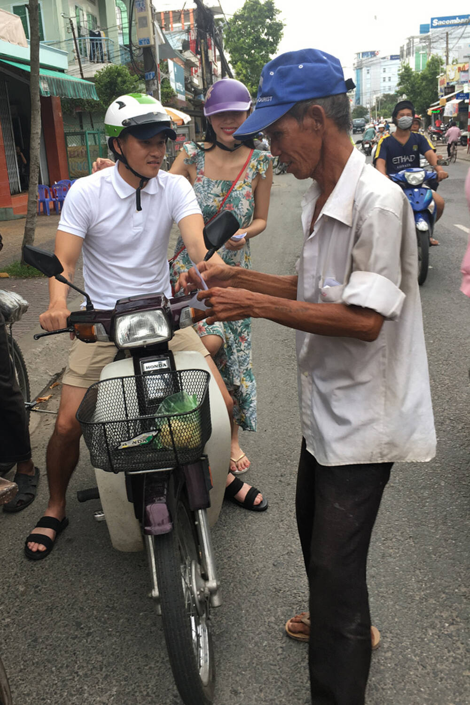 3 năm 1 chiếc nón bảo hiểm, Công Vinh đèo Thủy Tiên trên xe máy cũ: Fan ngưỡng mộ vì giản dị, thủy chung 1