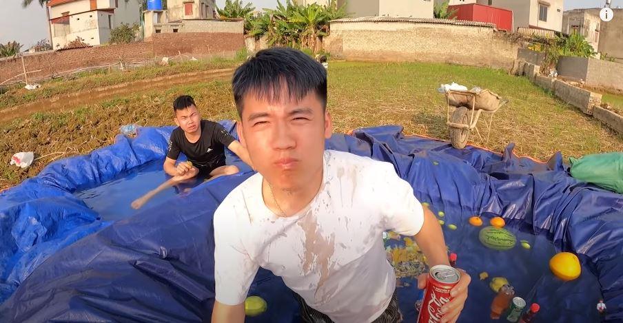 Vừa ăn vừa uống, Hưng Vlog còn phun nước ngọt ra hồ bơi.