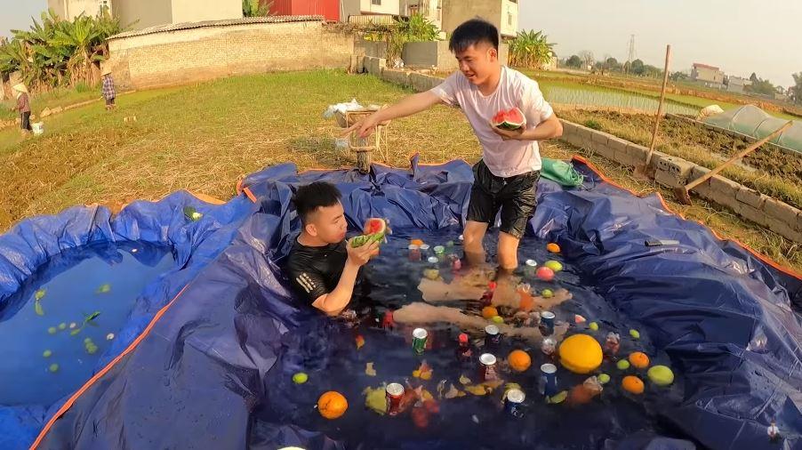 Hưng Vlog và bạn của mình thoải mái ăn dưa ngay tại hồ bơi tự chế này.