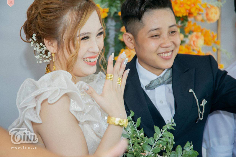 Nụ cười hạnh phúc của cặp đôi trong ngày cưới