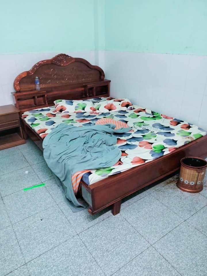 Cặp đôi'phóng uế' ra sàn khiến chủ nhà nghỉ 'hết hồn'.