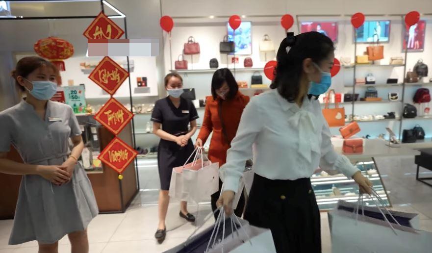 Làm vlog tặng tiền triệu cho người xa lạ shopping thả ga, NTN bị 'bóc' tham khảo ý tưởng của đồng nghiệp đình đám nước ngoài 1