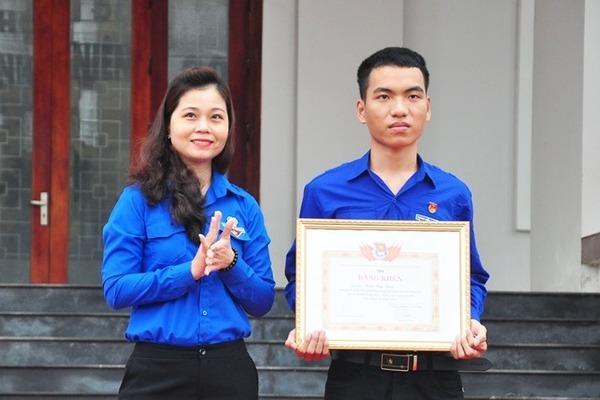 Trước hành động lao vào vùng nước xoáy cứu sống 3 em học sinh, 'người hùng' 20 tuổi ở xứ Quảng được đề xuất trao huy hiệu 'Tuổi trẻ dũng cảm'.