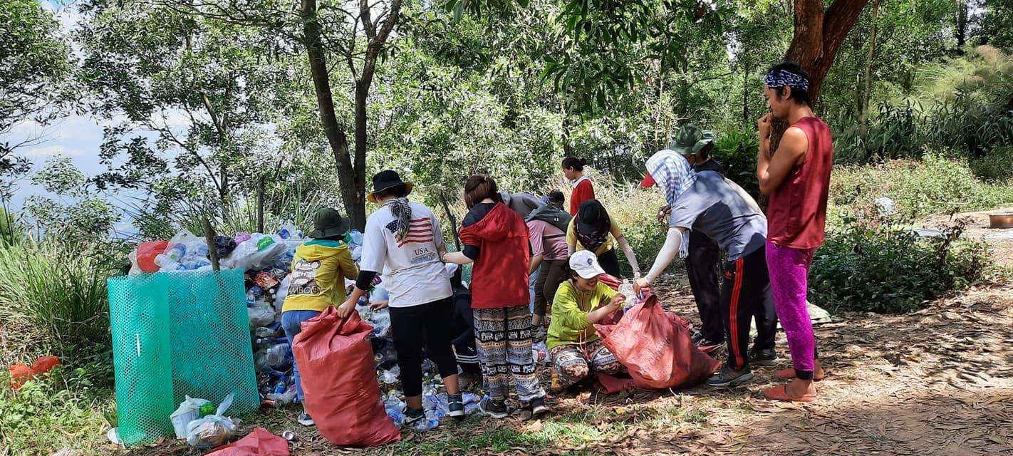 Nhóm 21 phượt thủ 'đội nắng' dọn rác trên đỉnh Núi Chứa Chan: Hành động đẹp cần được lan tỏa! 2