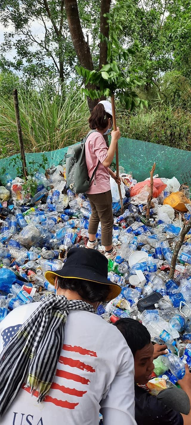 Nhóm 21 phượt thủ 'đội nắng' dọn rác trên đỉnh Núi Chứa Chan: Hành động đẹp cần được lan tỏa! 1