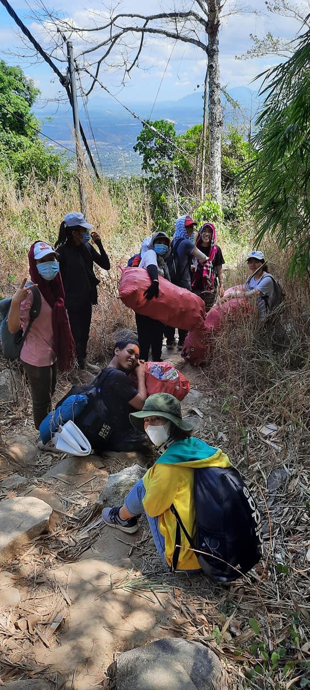 Nhóm 21 phượt thủ 'đội nắng' dọn rác trên đỉnh Núi Chứa Chan: Hành động đẹp cần được lan tỏa! 4