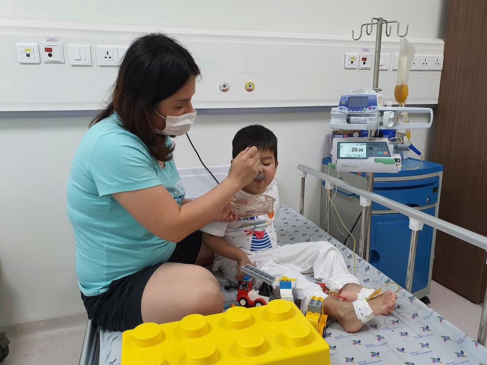Người mẹ ròng rã cùng con chiến đấu với căn bệnh hiểm nghèo