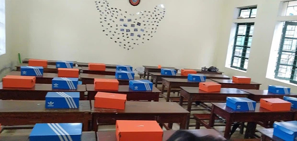 Lớp học này cũng chơi lớn với hàng loạt những chiếc hộp giầy Adidas và Nike được đem ra làm quà tặng.