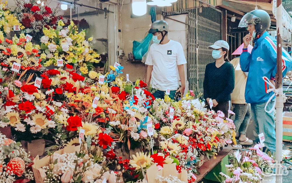 Nhiều người đến chợ hoa tìm mua quà tặng